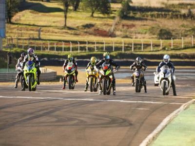 Sábado é dia treinos coletivos de motos no autódromo Zilmar Beux