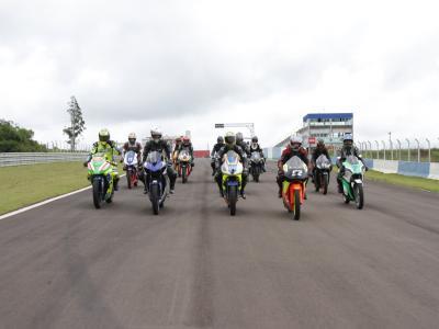 Cascavel mistura motos e carros na abertura da temporada