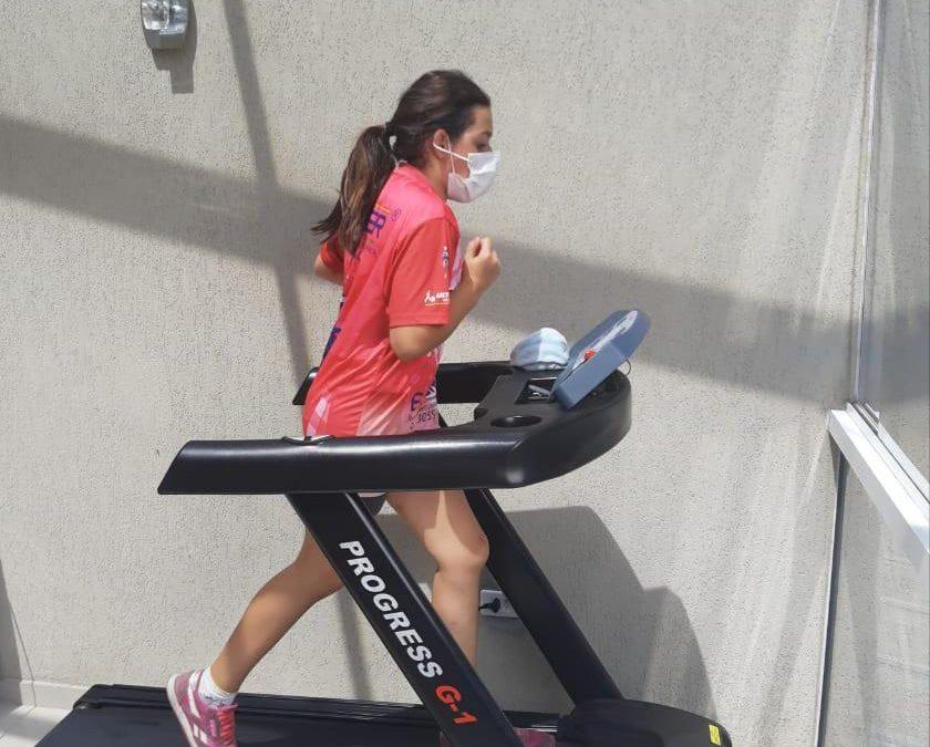 Giovana Marinoski cuida, em casa, de sua preparação física